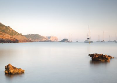 jordi-mestrich-playa-rocas-barcos-03